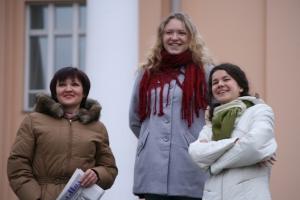 Toimittajat Marina Viglieva Oma Muasta (vasemmalla), Darja Trofimova Karjalan Sanomista ja Kristina Korotkih Careliasta. Kuva: Kari Kosonen